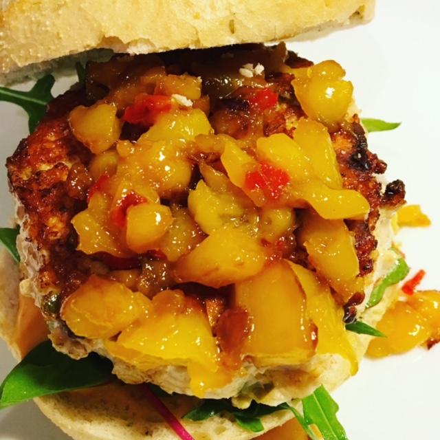 Spicy chickenburger met mangochutney & sriracha mayonaise