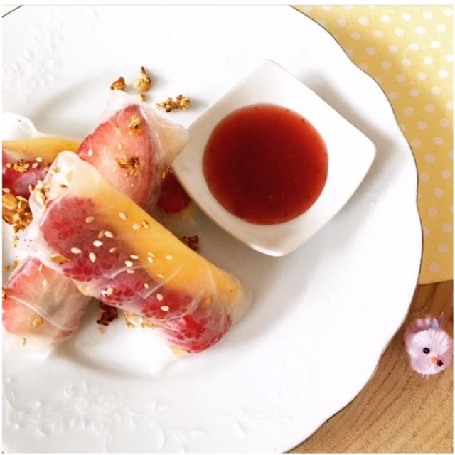 Sweet eggrolls with fresh fruit & crumble
