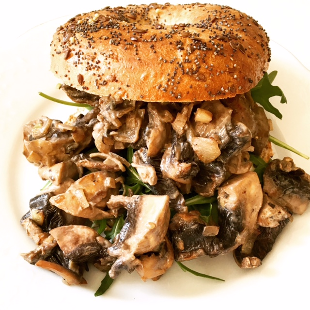 Bagel with creamy mushrooms